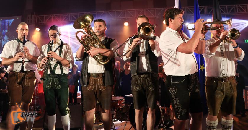 6 band member performing